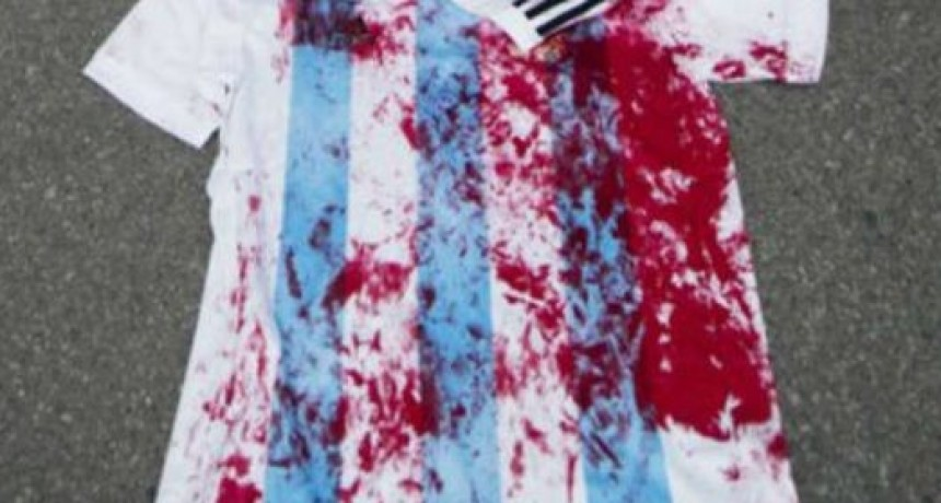 La Selección Argentina hace décadas que juega con la camiseta manchada con sangre.