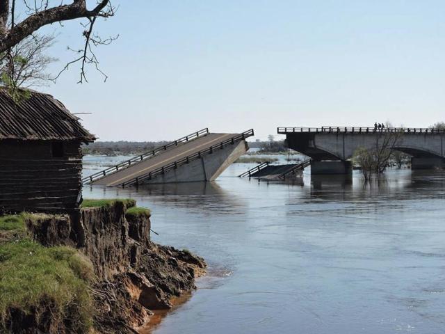 Esquina sigue esperando el puente.