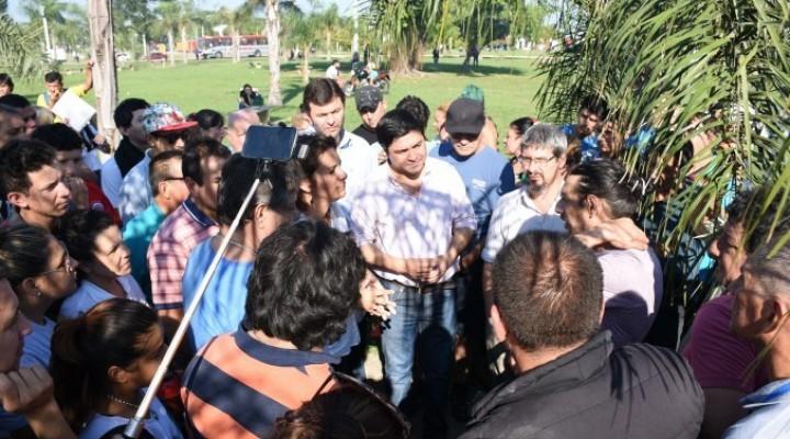 Diálogo con los puesteros de la Rotonda de la Virgen de Itatí tras el incendio.