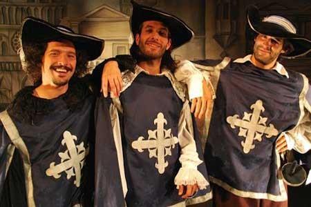 Los tres mosqueteros, espadachines de la lengua.